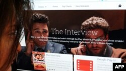 지난 24일 미국 워싱턴에서 한 여성이 '구글 플레이'에 게재된 영화 '인터뷰' 구매 페이지를 보고 있다.
