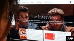 지난달 24일 미국 워싱턴의 한 여성이 인터넷 구글플레이 영화 페이지에서 영화 '인터뷰'를 검색하고 있다.