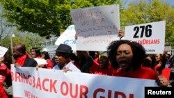 Abantu bigaragambya imbere y'Ambassade ya Nijeriya hano i Washington, DC basaba ko abakobwa 276 bashimuswe na Boko Haram babohozwa (taliki ya 6 y'ukwa gatanu 2014)