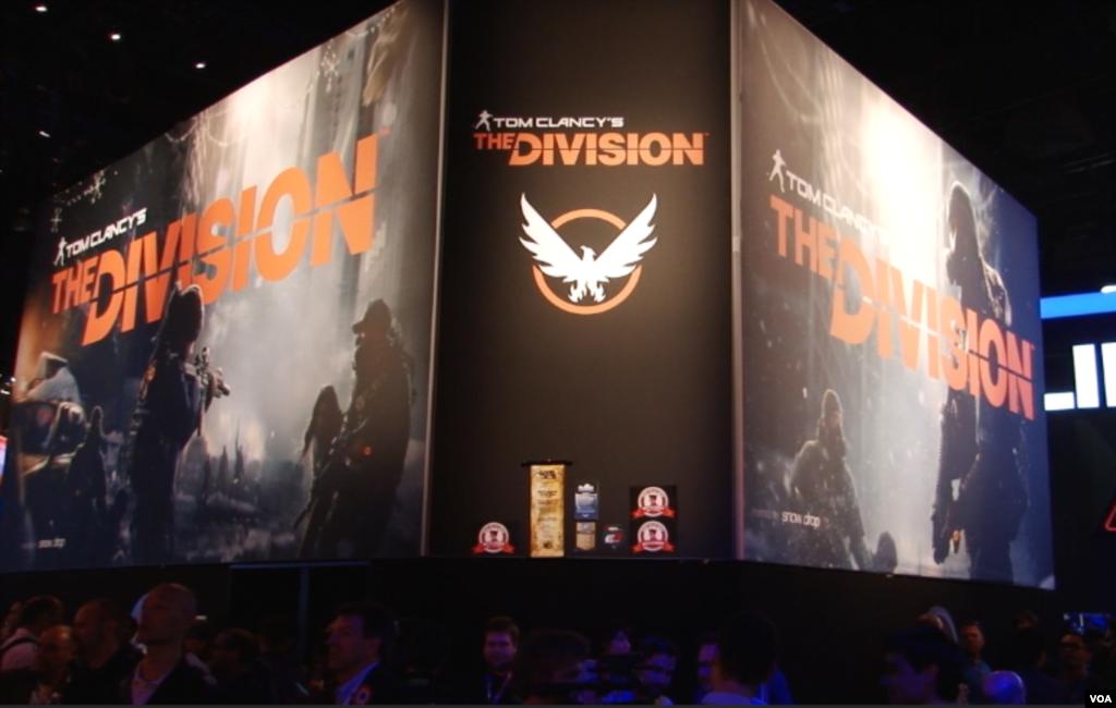 پوستر بازی «تام کلنسی: دیویژن» در غرفه شرکت یوبی سافت در نمایشگاه ای ۳- E3