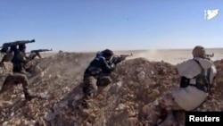 ພາບທີ່ນຳອອກມາຈາກວີດີໂອ ສະໜອງໂດຍ ກຳລັງປະຊາທິປະໄຕ ຊີເຣຍ ຫຼື (SDF), ສະແດງໃຫ້ເຫັນ ພວກນັກລົບ ຈາກ SDF ເປີດສາກຍິງເຂົ້າໃສ່ ທີ່ໝັ້ນຂອງກຸ່ມລັດອິສລາມ ໃນເຂດຊົນນະບົດຂອງເມືອງ Raqqa ຢູ່ທາງພາກຕາເວັນອອກ ຂອງຊີເຣຍ, ວັນທີ 6 ມີນາ 2017.