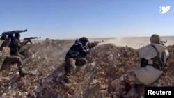 Para pejuang Suriah dari Pasukan Demokratik Suriah (SDF) mengepung posisi militan ISIS (foto: dok).