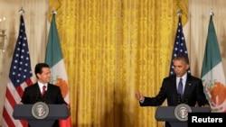 22일 백악관에서 열린 미국-멕시코 정상회담 직후 공동기자회견에서 바락 오바마(오른쪽) 미국 대통령이 발언하는 동안 엔리케 페냐 니에토 멕시코 대통령이 지켜보고 있다.
