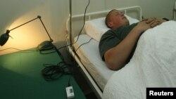한 남성이 은은한 노래를 틀어서 숙면을 도와주는 베개를 체험하고 있다. (자료사진)