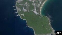 지난 18일 중국의 098형 핵추진 잠수함 1척이 남중국해 파라셀 군도 북서쪽에 위치한 하이난섬 (해남섬) 위린 해군기지 지하터널에 정박하려는 모습이 미 상업위성 플래닛랩의 사진에 포착됐다.