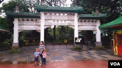 菲律宾首都马尼拉市中心的中国牌坊。(2016年11月25日,美国之音朱诺拍摄)
