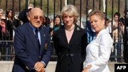 Pembalap Sir Sterling Moss (kiri) dan istrinya Lady Suzie Moss (kanan) dalam pameran motor produksi Inggris yang digelar di luar Istana Buckingham, London, 22 April 2006. (Foto: AFP)