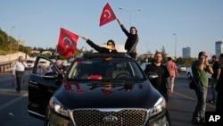 Turski narod maše zastavama, Istanbul 16. jul 2016.