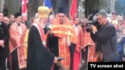 Mitropolit Mihailo nalaže badnjak ispred Dvora kralja Nikole