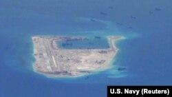 미 해군 정찰기 P-8A 포세이돈이 촬영한 남중국해상 중국 소유 인공섬. (자료사진)