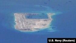 지난 2015년 5월 남중국해 스프래틀리 군도 내 피어리 크로스 리프에 중국 선박들의 모습이 보인다.