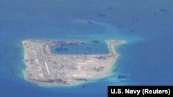 Tàu nạo vét của Trung Quốc xuất hiện ở khu vực Đá Chữ Thập ở Trường Sa ngày 21/5/2015. Truyền thông nhà nước Trung Quốc tuần này loan tin 2 hải đăng mới sẽ được đặt trên Đá Chữ Thập và Đá Vành Khăn.