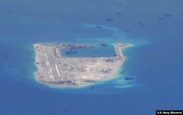 Ảnh tư liệu: Tàu nạo vét Trung Quốc hoạt động trong vòng biển quanh Đá Chữ Thập thuộc quần đảo Trường Sa ở Biển Đông.