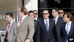El secretario del Tesoro de EE.UU., Steve Mnuchin (centro)llega a la reunión de ministros de Finanzas del G7 en Bari, Italia.