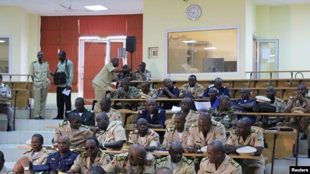 Des experts militaires discutant du projet d'intervention au Mali, pour reprendre le nord aux milices islamistes.