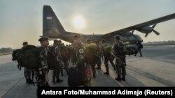 Hercules hərbi təyyarəsinə toplanan indoneziyalı əsgərlər paytaxt Cakartada yerləşən hərbi bazadan Paluya yola düşürkən.