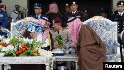 Pangeran Khaled bin Salman (kanan) berbicara dengan Putra Mahkota Salman bin Abdulaziz (kiri). (Foto: dok.)