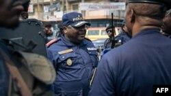 Mokambi ya police ya etuka mpe engumba ya Kinshasa, Commissaire div. Sylvano Kasongo kati ya ba policiers na Kinshasa, 30 juin 2018.
