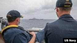 """Chỉ huy tàu USS Mustin (Mỹ) """"thảnh thơi"""" theo dõi tàu sân bay Liêu Ninh (TQ) ở Biển Đông, 4/4/2021."""