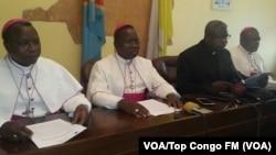 L'abbé Donatien Nshole, secrétaire général adjoint de la Cenco, deuxième à droite, parle lors d'un point de presse à Kinshasa, 2 décembre 2016. VOA/Top Congo FM
