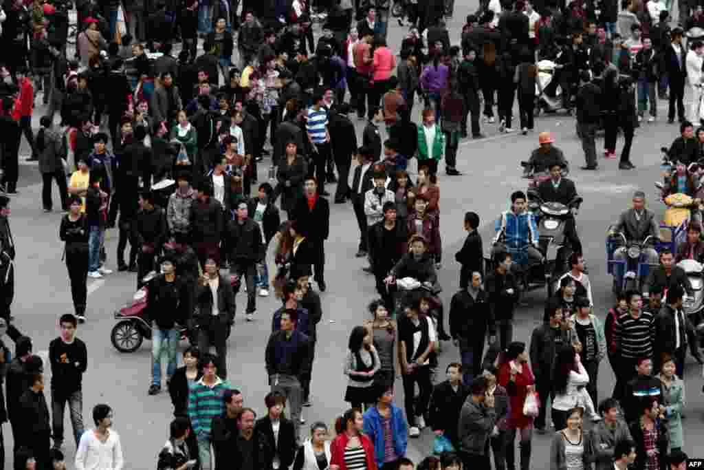 Dân chúng đi lại trên một con đường đông đúc của thị trấn Trực Lệ, tỉnh Triết Giang, sau đêm biểu tình vì vấn đề thuế ngày 28 tháng 10. (Reuters)