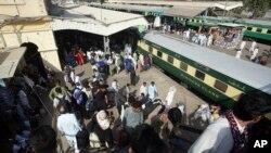 Arhiva - Železnička stanica u Karačiju, Pakistan, pred islamski praznik Ramadan, 2. juna 2019.