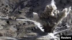 Binh sĩ Mỹ cho nổ một quả bom do các phần tử Taliban cài trên đường gần thị trấn Walli Was trong tỉnh Pakinh tếika
