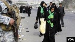 Kaum Muslim Syiah berjalan menuju kota suci Karbala untuk hari Aabaeen, 40 hari berkabung setelah Ashura tahun lalu, 3 Februari 2010.