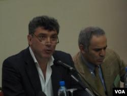 普京政权批评者涅姆佐夫和卡斯帕罗夫(右)几年前在莫斯科的一场纪念前苏联著名持不同政见者萨哈罗夫的会议上。涅姆佐夫一年前被杀害。