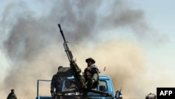 Лівійський повстанець веде вогонь по авіації Каддафі
