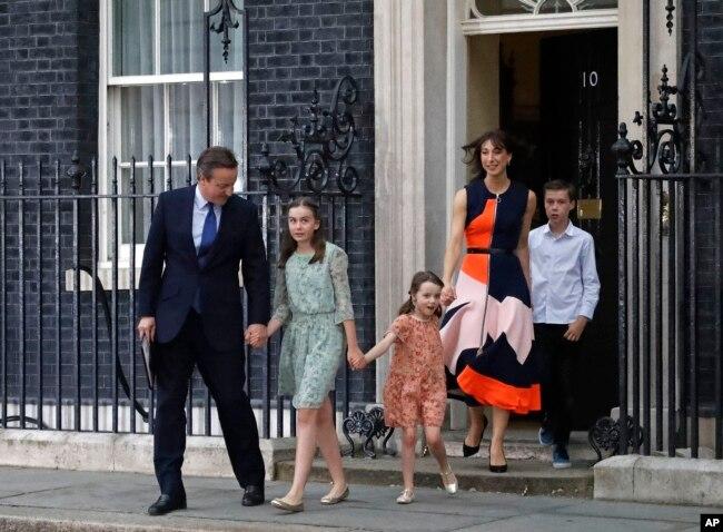 2016年7月13日,英國首相戴維·卡梅倫(David Cameron)和夫人、孩子離開倫敦首相官邸唐寧街10號,卡梅倫即將正式辭職。