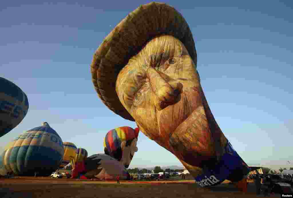 Balon udara berbentuk wajah Van Gogh pada festival balon udara internasional di Pampanga, utara Manila, Filipina.