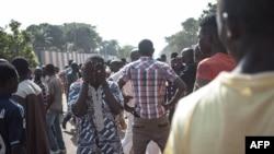 Les habitants du quartier majoritairement musulman du PK5 manifestent devant le siège de la MINUSCA à Bangui, le 11 avril 2018.