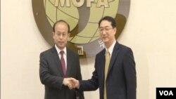 北韓核問題六方會談中國代表團副團長肖千(左)和南韓六方會談代表團副團長金健(右)。(視頻截圖)