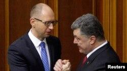 Ukraina Bosh vaziri Arseny Yatsenyuk va Prezidenti Petro Poroshenko (o'ngda)