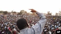 Kiongozi wa upinzani Uganda, Kizza besigye, akiwahutubia wafuasi wake katika mkutano unaopinga kuongezeka kwa gharama za maisha huko Namungoona, Kampala