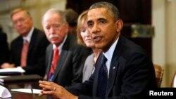 바락 오바마 미국 대통령(오른쪽)이 지난 2013년 11월 백악관에서 보험회사 CEO들과 보험 개혁 문제를 논의하고 있다.