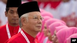 Thủ tướng Malaysia Najib Razak bị cáo buộc đã ký thác hàng triệu đôla vào tài khoản cá nhân, sử dụng sai mục đích tiền gây quỹ.