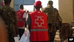 2015年7月7日肯尼亚警察和红十字会会员抬着受害人尸体
