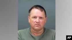 Kenneth Dior Lever, de 52 años, está armado y es considerado peligroso.