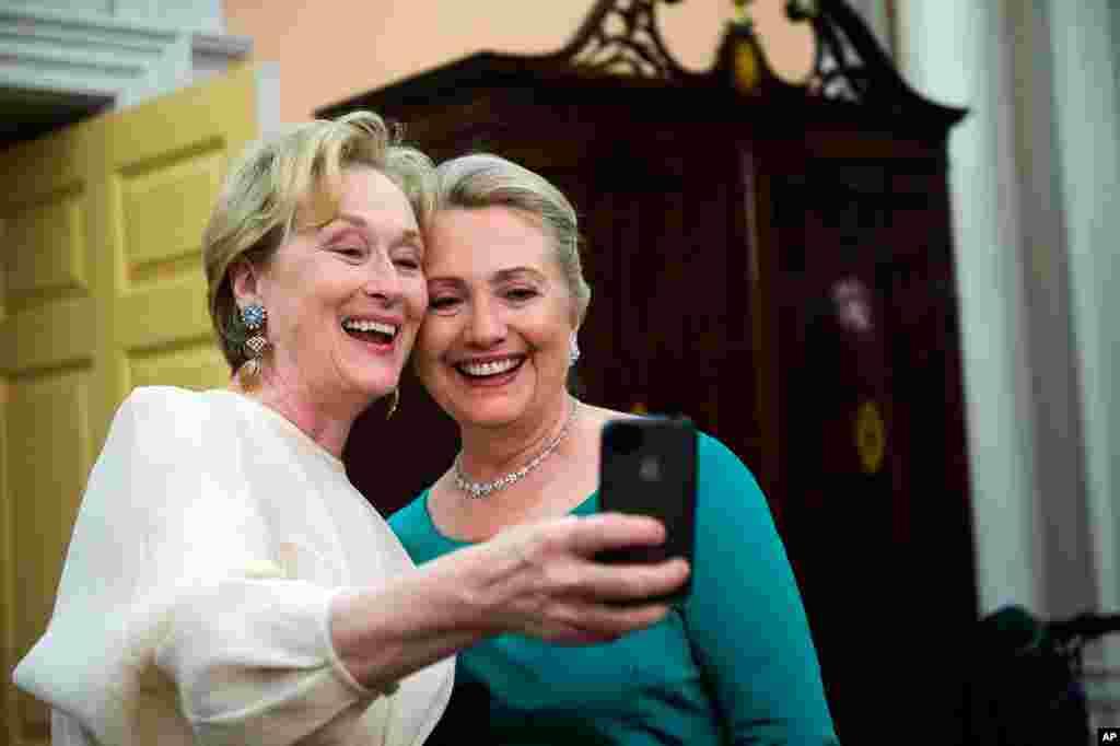 Diễn viên điện ảnh Meryl Streep dùng iPhone chụp chung tấm ảnh với bà Clinton hôm trao giải thưởng nghệ sĩ xuất sắc trong năm tại Nhà hát Quốc gia Kennedy ở Washington, 1/12/2012.