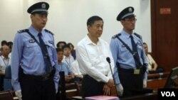 ພາບບັນທຶກຂອງ ທ່ານ Bo Xilai ທີ່ກໍາລັງຖືກດໍາເນີນຄະດີ ໃນຂໍ້ຫາຮັບສິນບົນ ສໍ້ໂກງ ແລະໃຊ້ອໍານາດເຖື່ອນ.