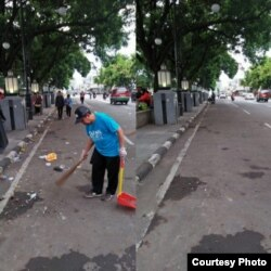 Tampak sebelum dan sesudah dari kawasan Alun-Alun Kota Bandung yang dibersihkan relawan CTC dan masyarakat umum. PD Kebersihan Kota Bandung memperkirakan produksi sampah tahun baru mencapai 28 ton, nyaris 4 kali lipat produksi harian yang 8 ton. (Courtesy
