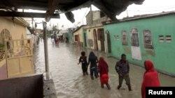 Une rue inondée de Cité-Soleil à Port-au-Prince lors du passage de l'ouragan Matthew, Haïti, le 4 octobre 2016.