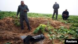 اسرائیلی فورسز اپنے علاقے میں گرنے والوں راکٹ کا معائنہ کر رہے ہیں
