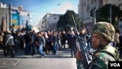 Un soldado observa el movimiento de los manifestantes en el centro de Túnez.
