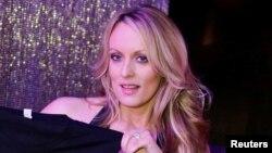 La actriz porno Stephanie Clifford, también conocida como Stormy Daniels, posa para una fotografía al fin de su show en el Gossip Club en Long Island, Nueva York, el 23 de febrero, de 2018.