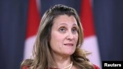 加拿大外交部长弗里兰在加拿大安大略省渥太华举行的新闻发布会上发表讲话。