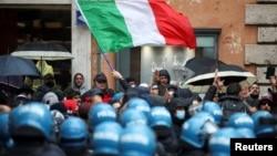 Pemilik usaha kecil dan restoran melakukan unjuk rasa untuk memrotes penerapan kembali lockdown akibat lonjakan COVID-19, di Roma, Italia Senin (12/4).