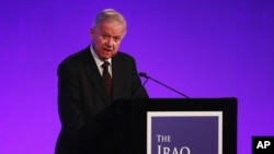 Sir John Chilcot présente le rapport d'enquête sur l'intervention militaire du Royaume-Uni en Irak au Centre Reine Elizabeth II à Londres, le 6 juillet 2016.